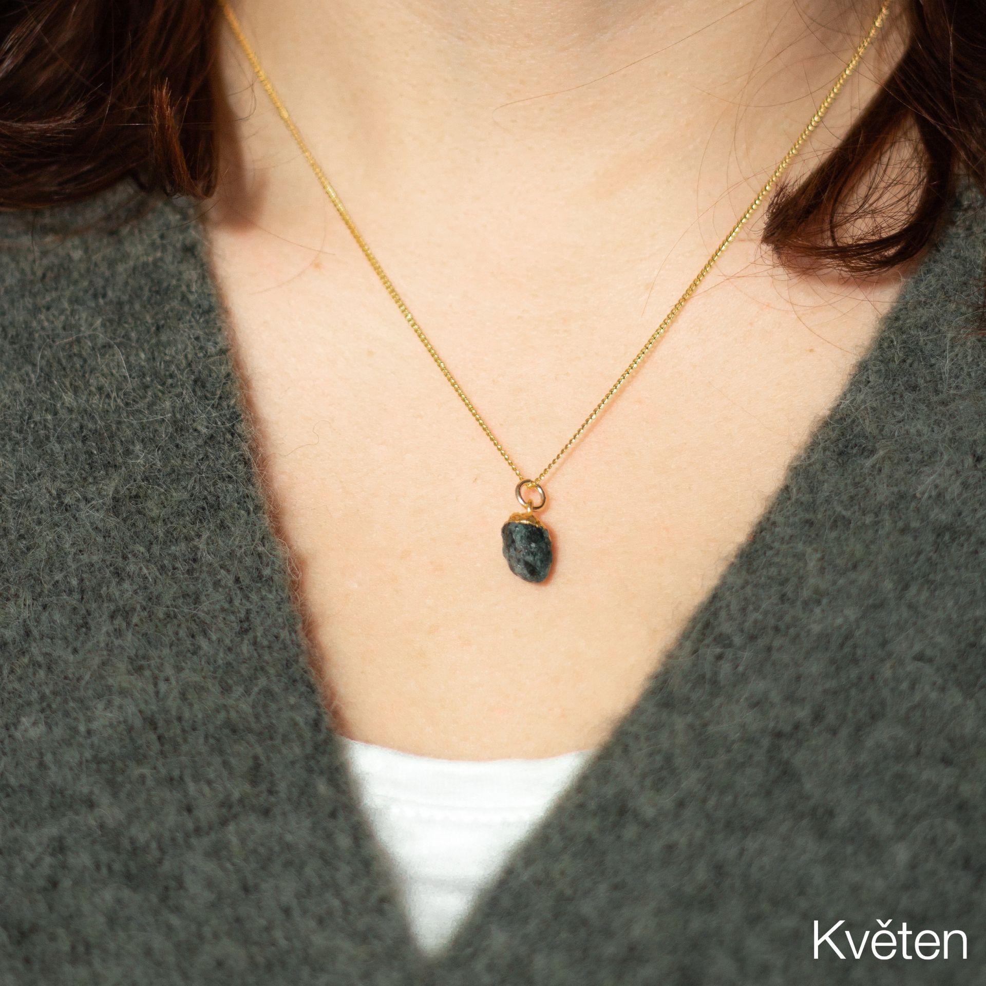 DECADORN Pozlacený řetízek s narozeninovým kamenem Birthstone Květen - smaragd, multi barva, zlatá barva, kov, kámen