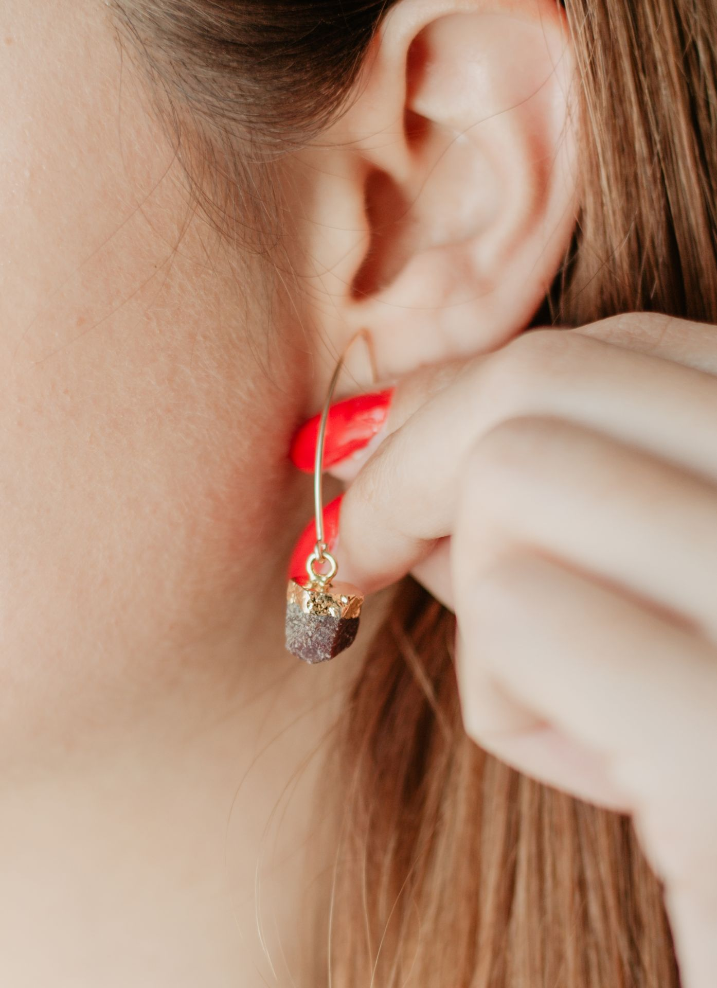 DECADORN Visací náušnice s narozeninovým kamenem Birthstone Červenec - rubín, zlatá barva, kov, kámen