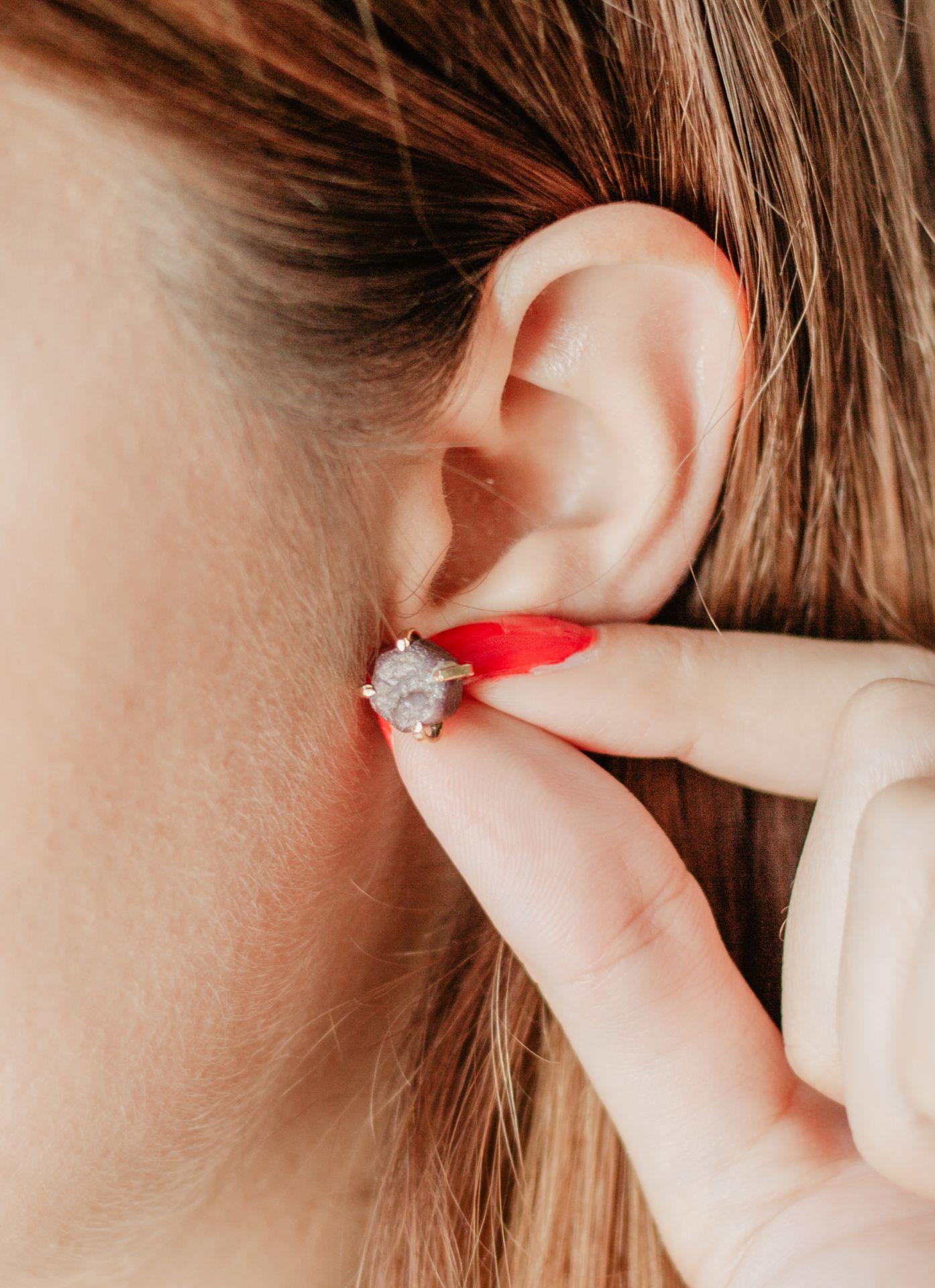 DECADORN Pozlacené náušnice s narozeninovým kamenem Birthstone Červenec - rubín, zlatá barva, kov, kámen