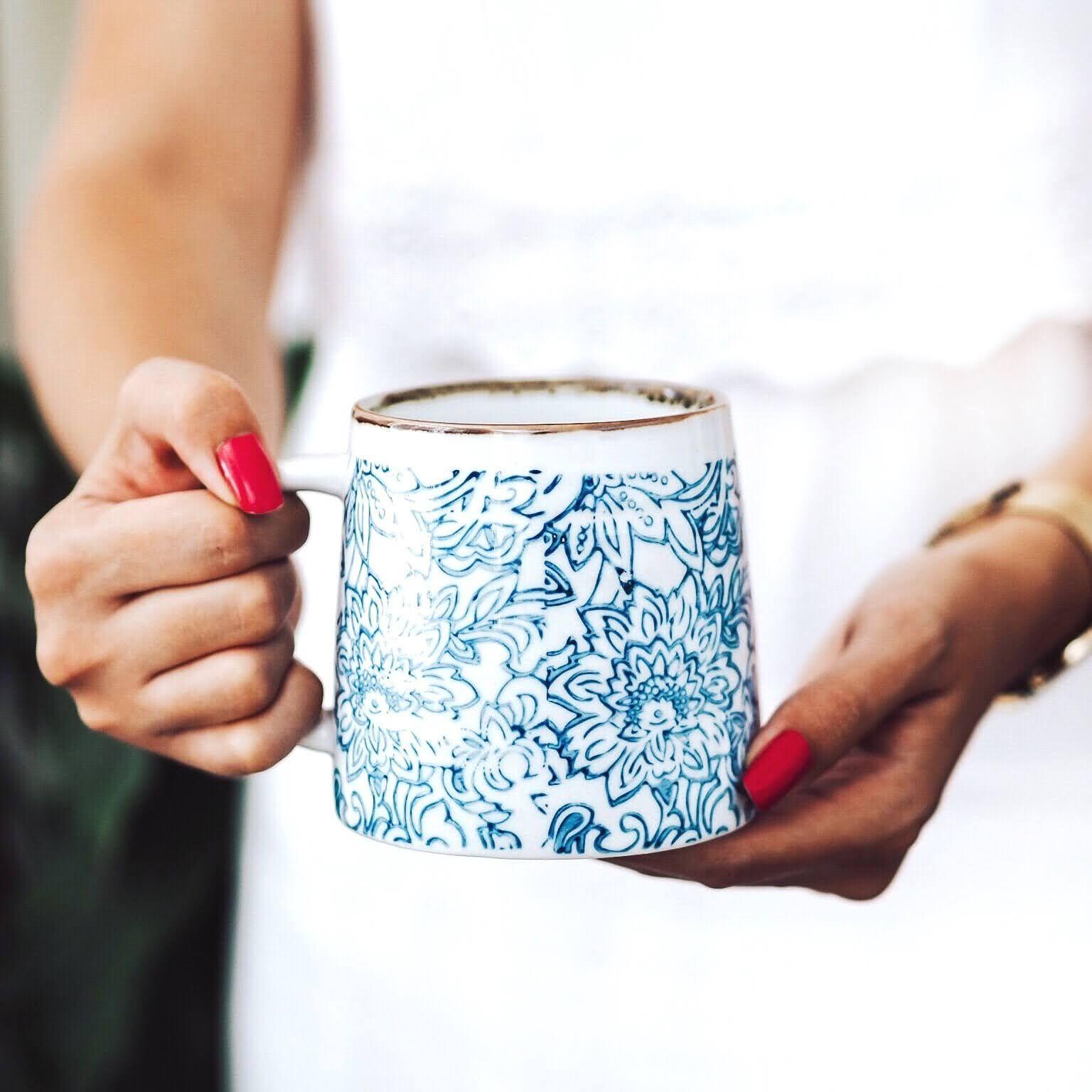 Bloomingville Keramický hrnek Molly Blue 400 ml A, modrá barva, krémová barva, keramika