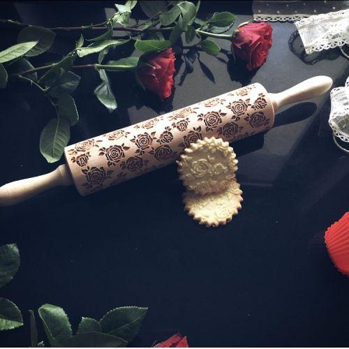 Embosovaný váleček na těsto Roses