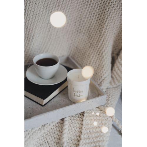 Bílá svíčka Hořím láskou - santalové dřevo a černý pepř