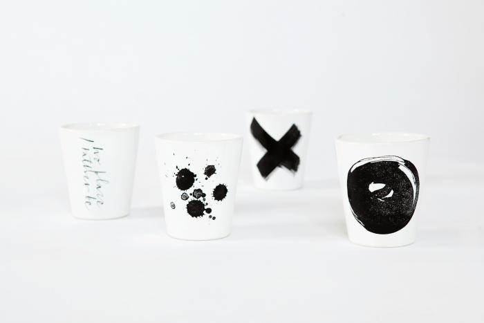 Ylva Skarp Hrnek Black print Text, černá barva, keramika