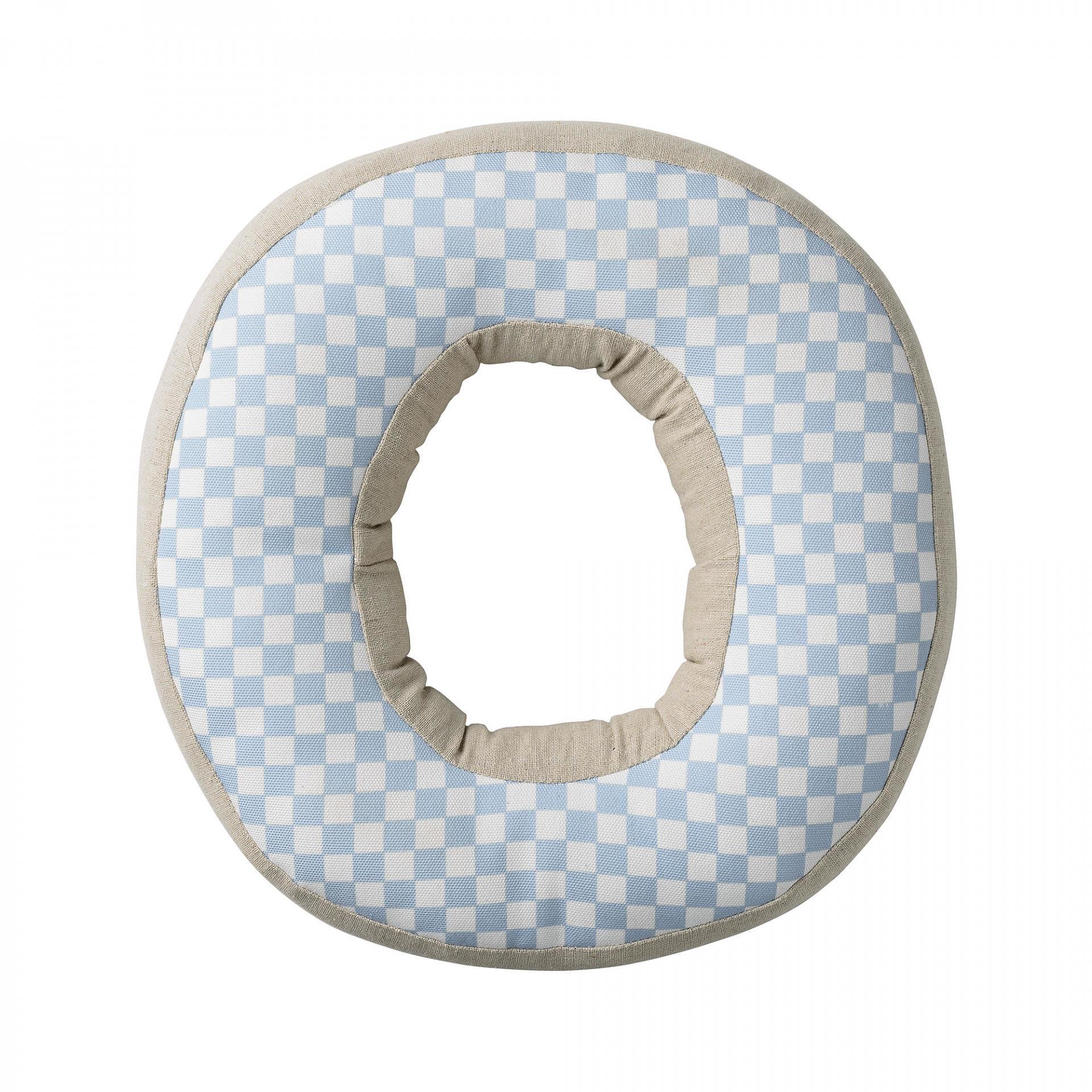 Bloomingville Dětský polštářek Checked ve tvaru písmene O, modrá barva, béžová barva, bílá barva, textil