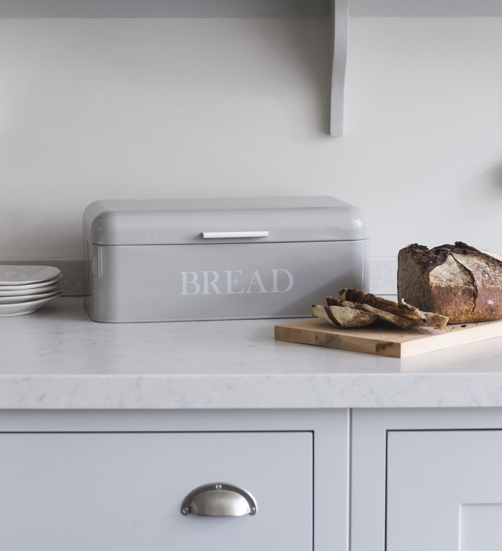 Garden Trading Plechový box na pečivo Pebble, šedá barva, kov