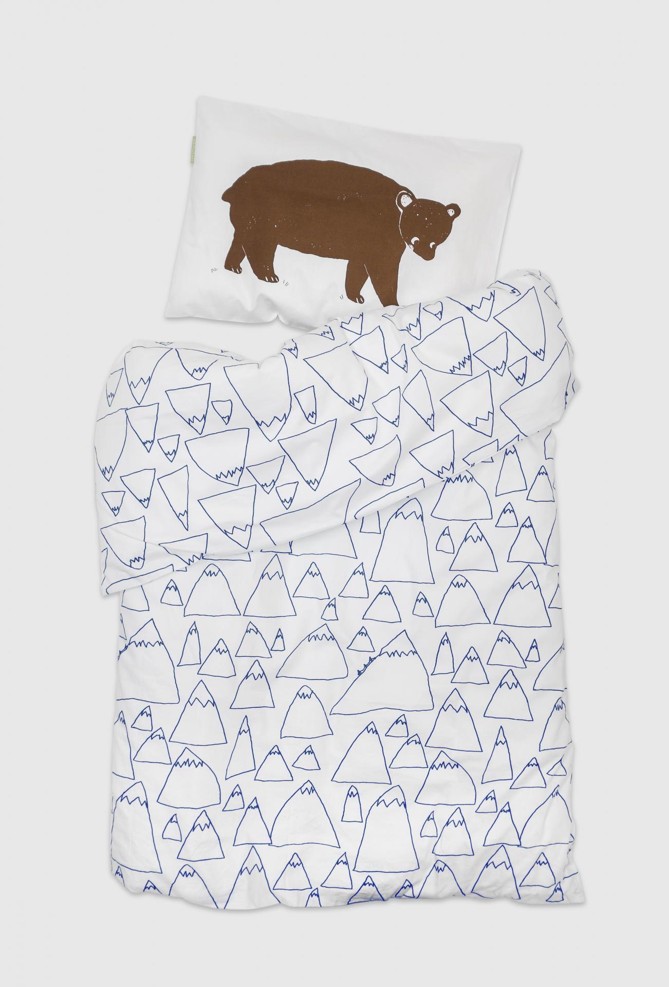 Fine Little Day Povlečení do dětské postýlky Bruno&Mountains, modrá barva, bílá barva, textil
