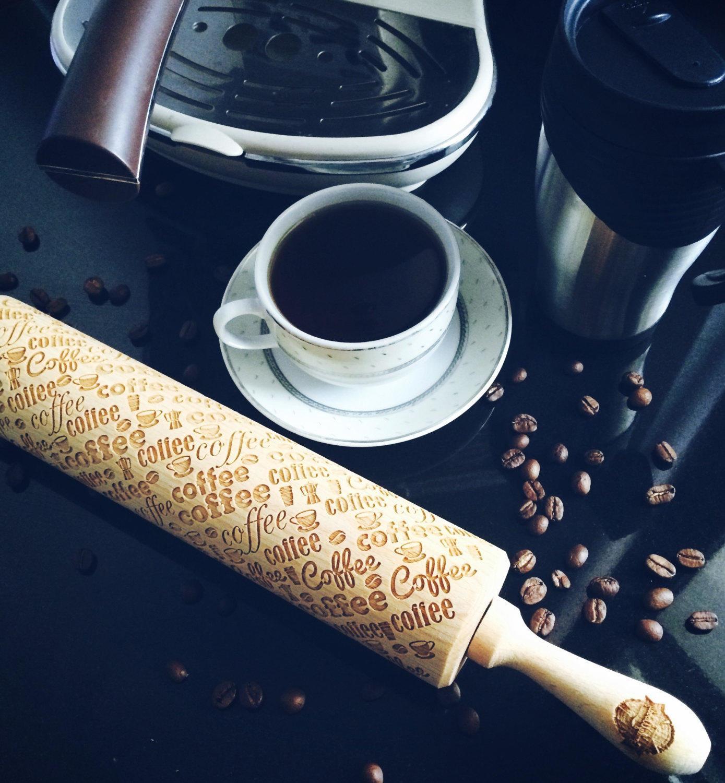 Goody Woody Embosovaný váleček na těsto Coffee, hnědá barva, dřevo