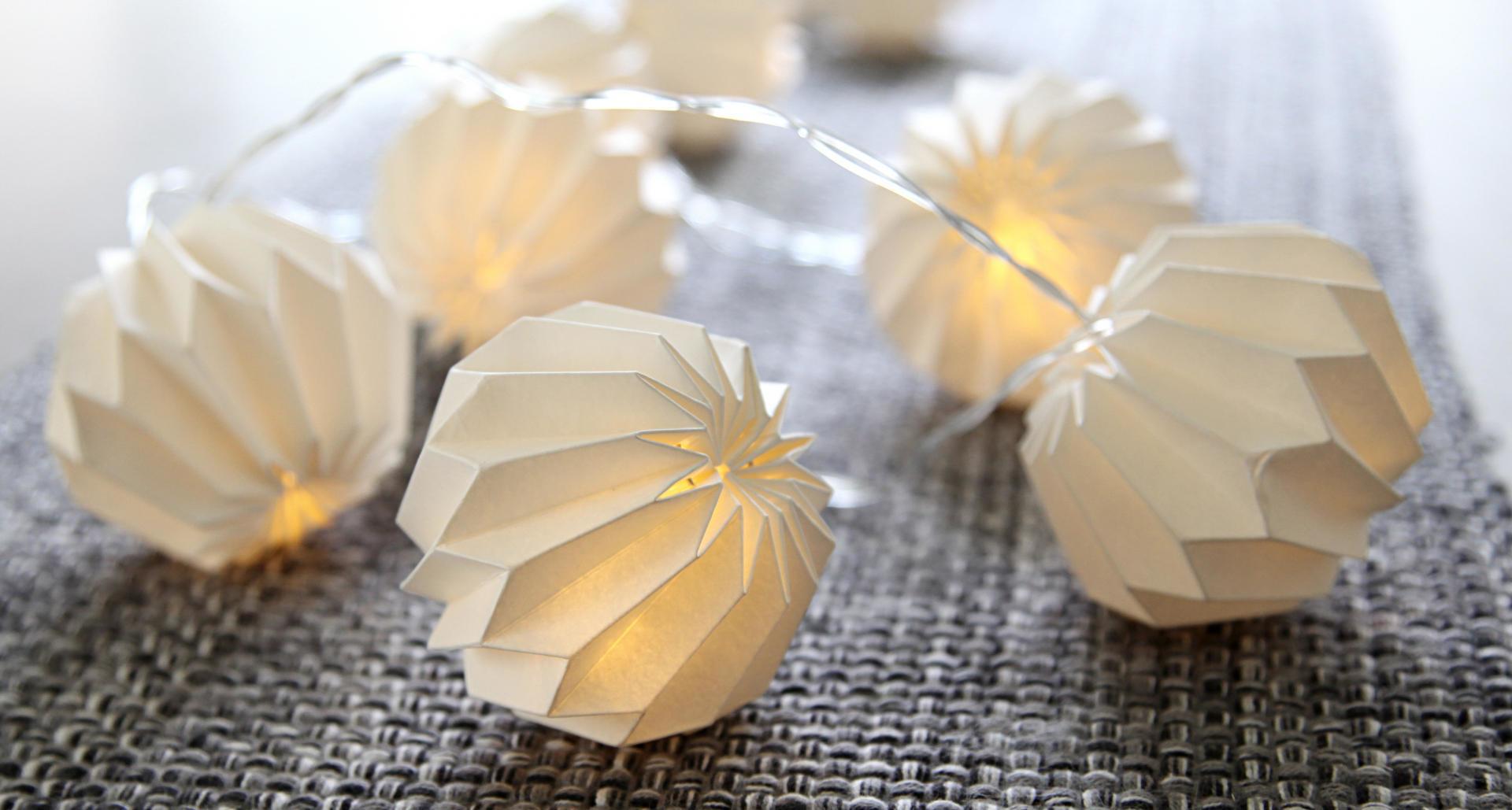 STAR TRADING Světelný řetěz s papírovými lampiony White, bílá barva, plast, papír