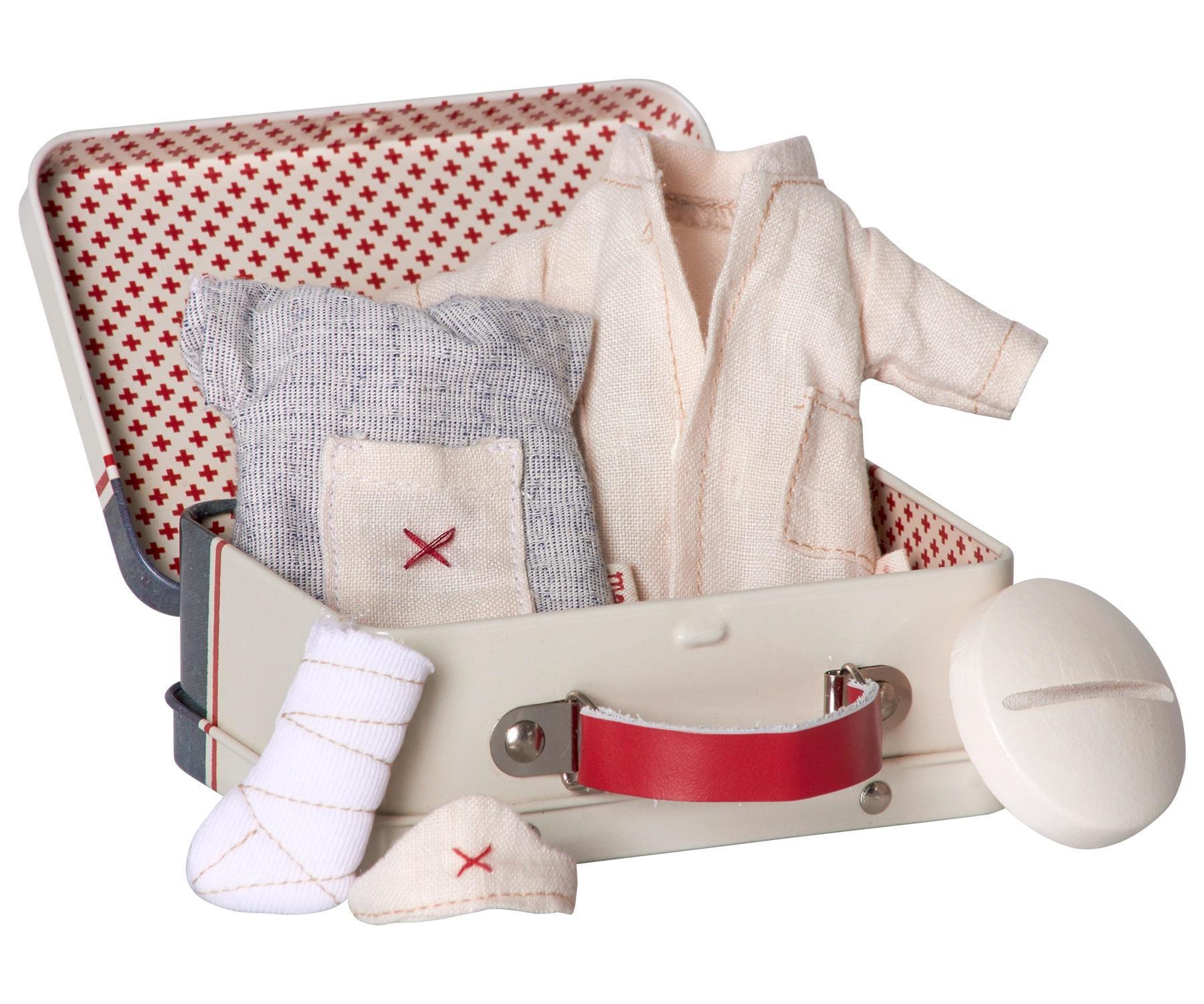 Maileg Plechový kufřík s oblečky Nurse and Doctor - micro, multi barva, kov, textil