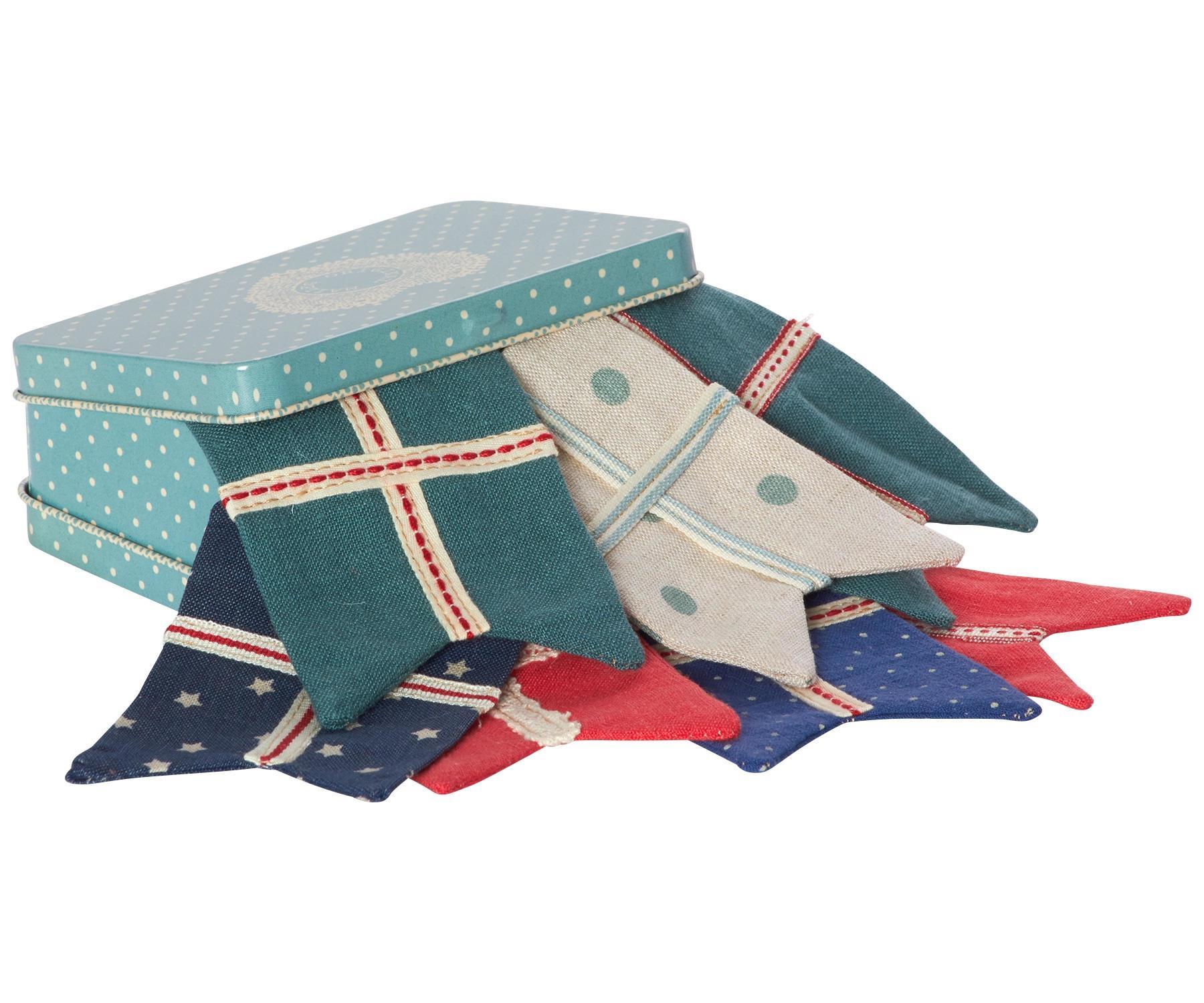 Maileg Vlaječková girlanda v plechovém kufříku Petrol, modrá barva, kov, textil