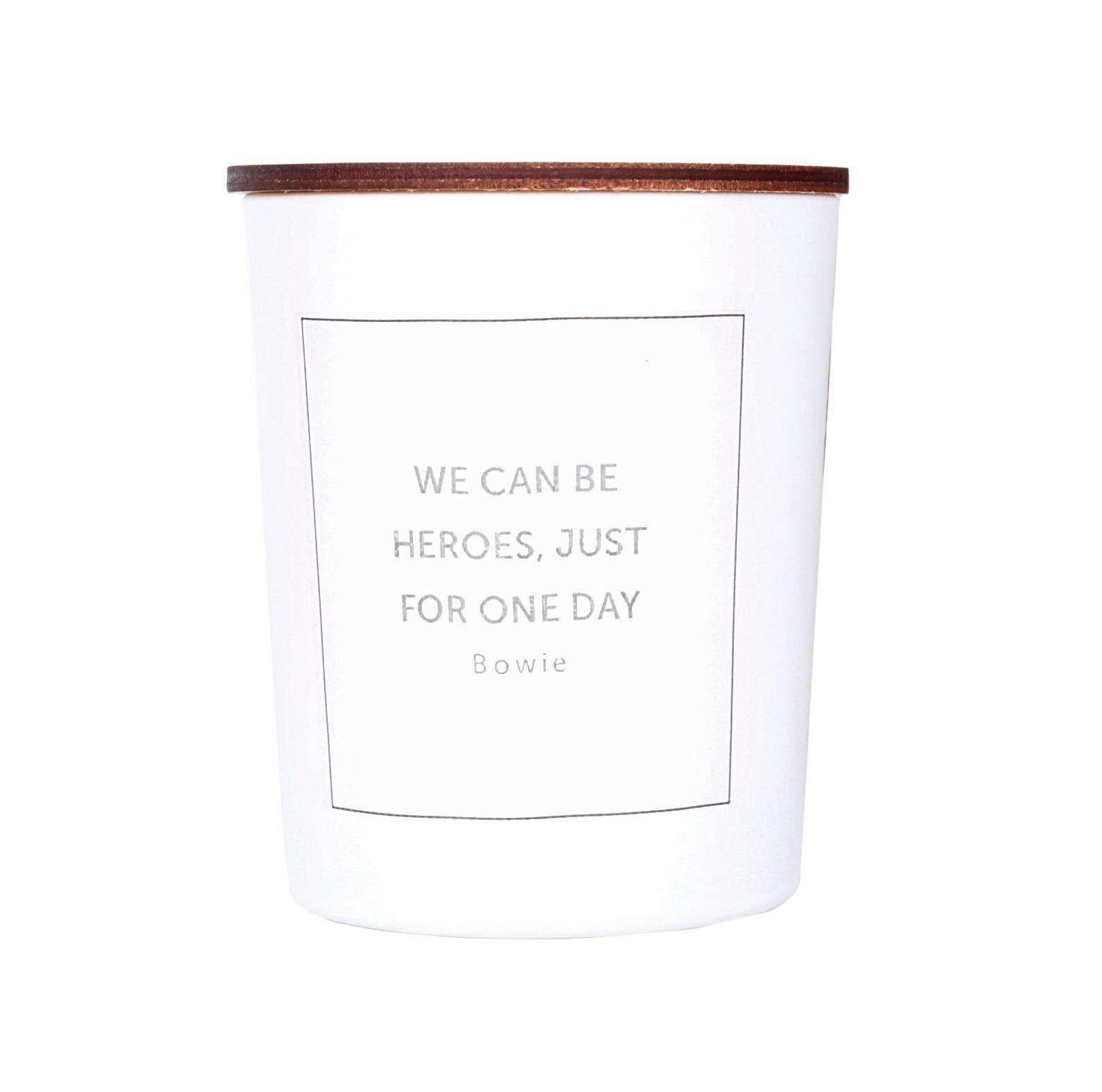 Love Inc. Bílá svíčka Heroes - peprmint a eucalyptus, bílá barva, sklo, dřevo, vosk