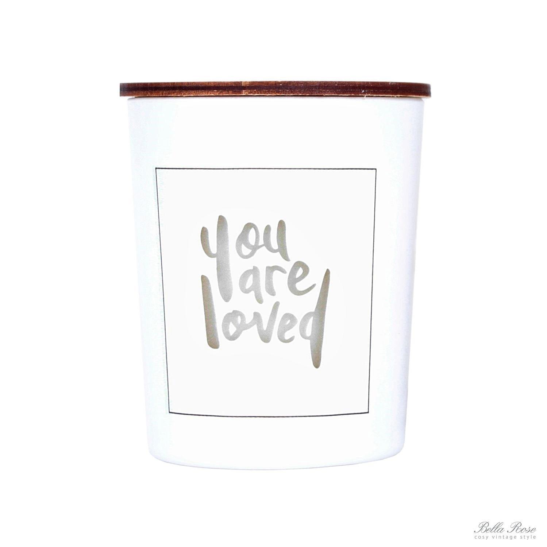 Love Inc. Bílá svíčka You are loved - limetka a bazalka, bílá barva, sklo, dřevo, vosk