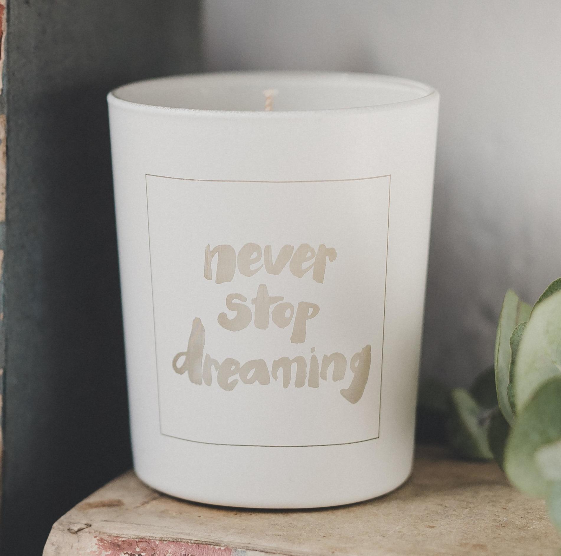 Love Inc. Bílá svíčka Never stop dreaming - fíky a bílé pižmo, bílá barva, sklo, dřevo, vosk