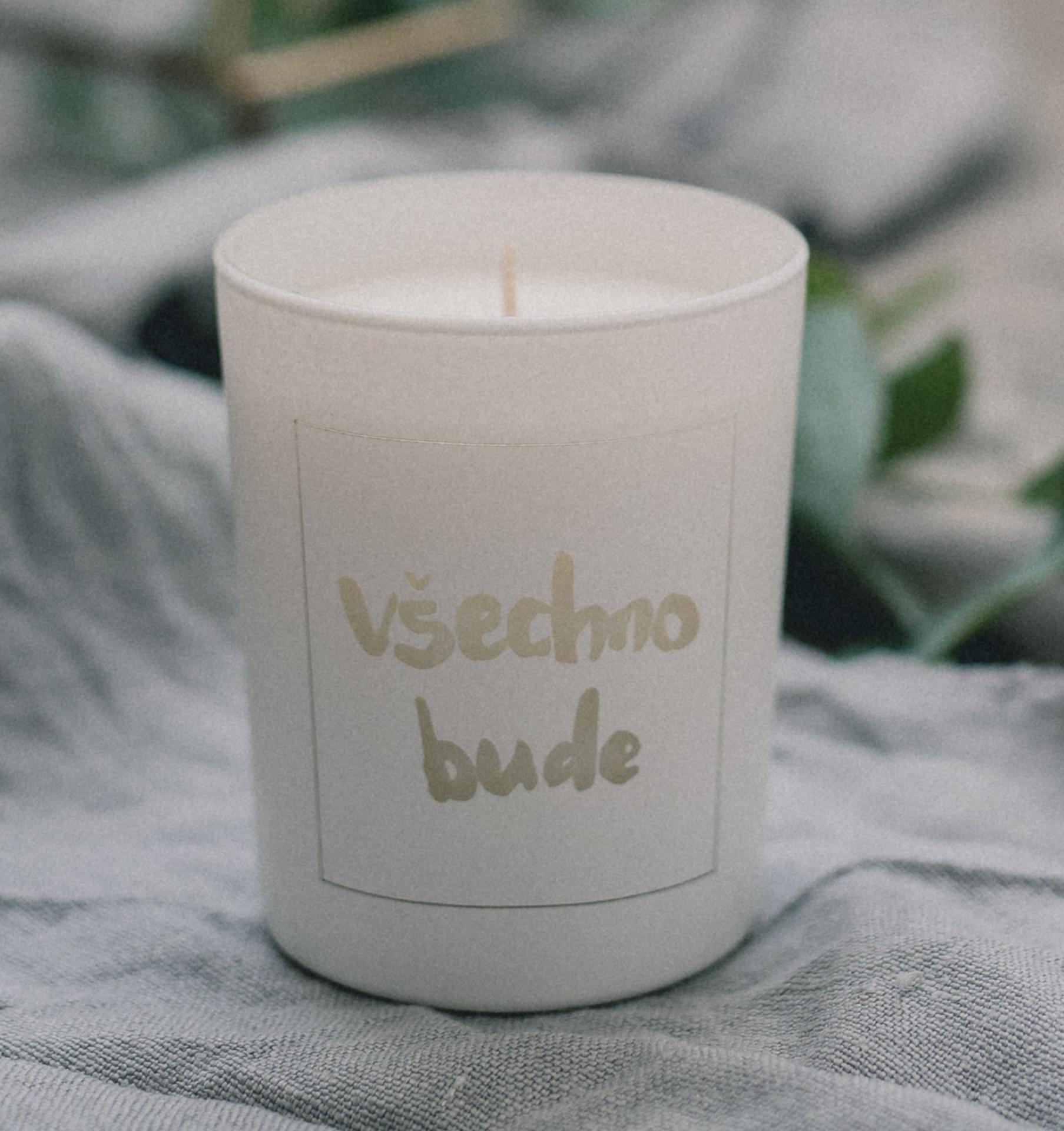 Love Inc. Bílá svíčka Všechno bude - bazalka a limetka, bílá barva, sklo, dřevo, vosk