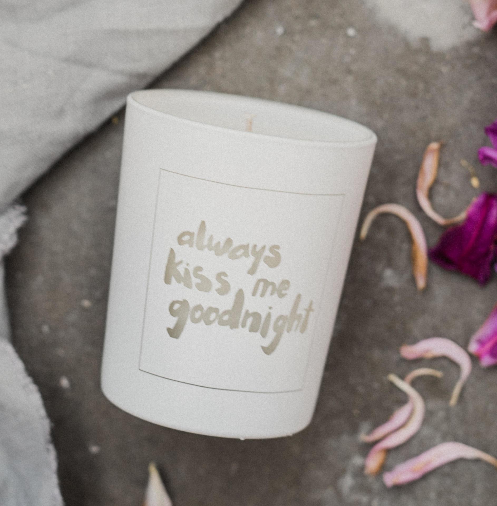 Love Inc. Bílá svíčka Always kiss me goodnight - fíky a bílé pižmo, bílá barva, sklo, dřevo, vosk