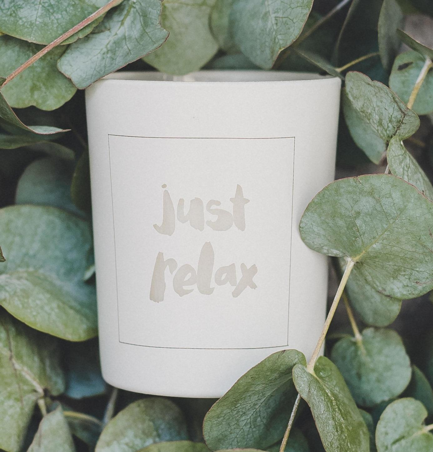 Love Inc. Bílá svíčka Just relax - peprmint a eucalyptus, bílá barva, sklo, dřevo, vosk