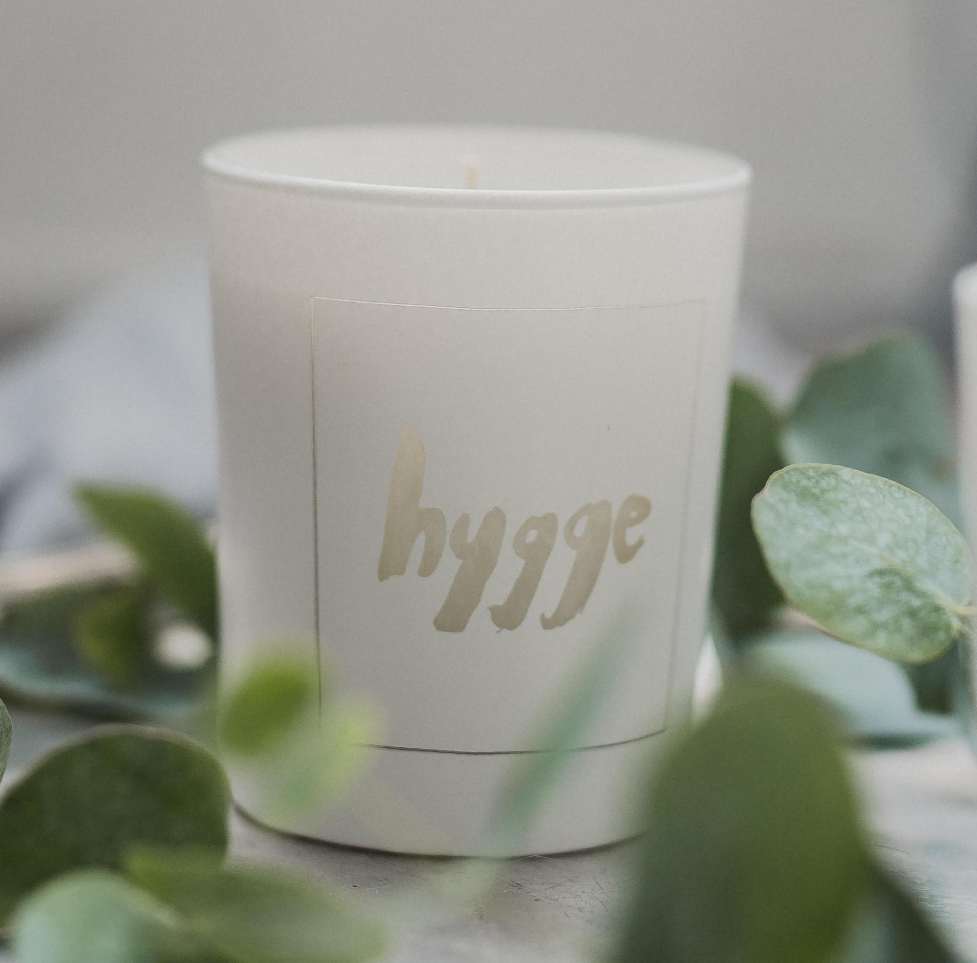 Love Inc. Bílá svíčka Hygge - fíky a bílé pižmo, bílá barva, sklo, dřevo, vosk