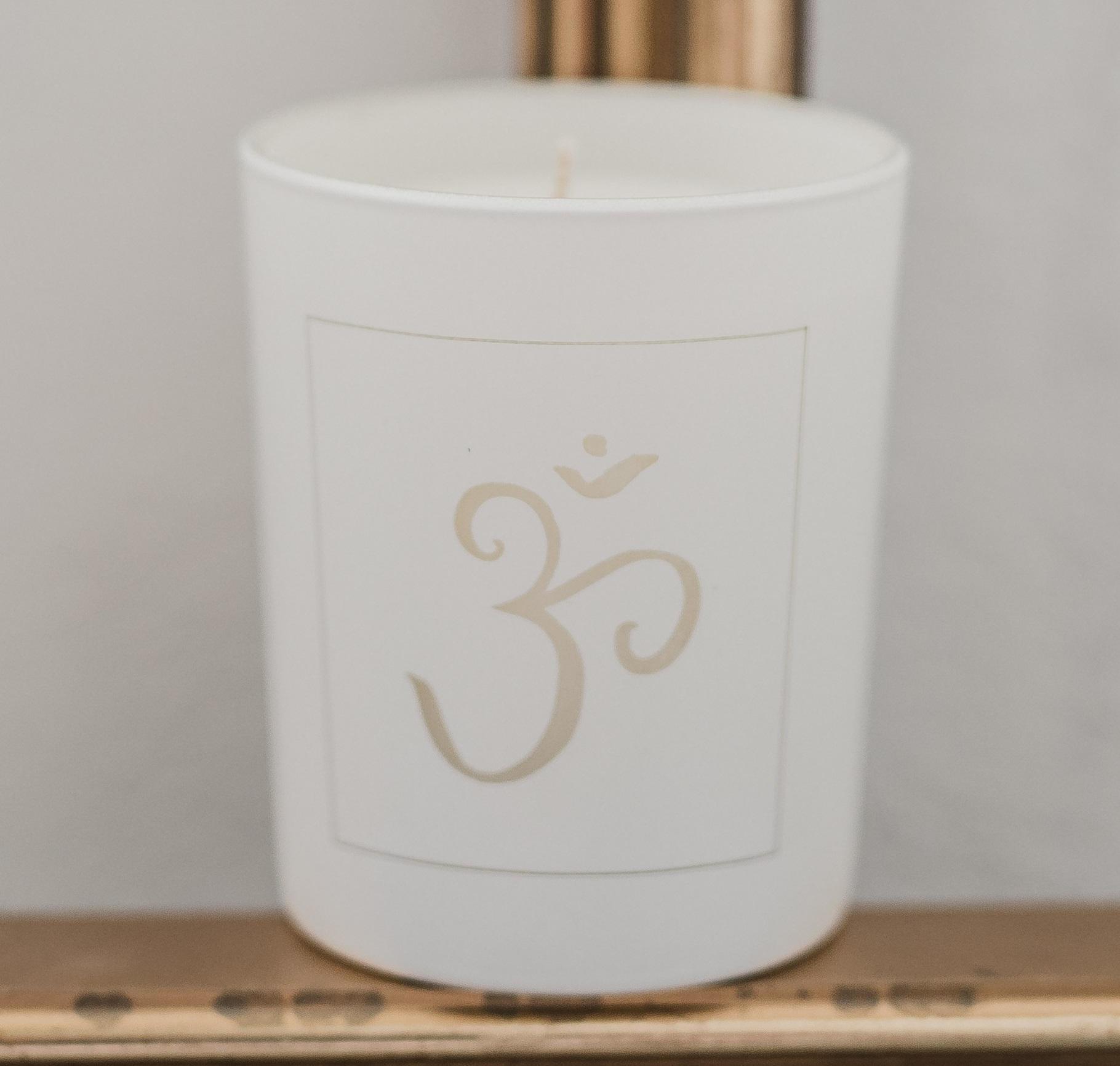 Love Inc. Bílá svíčka Jóga ॐ - bazalka a limetka, bílá barva, sklo, dřevo, vosk