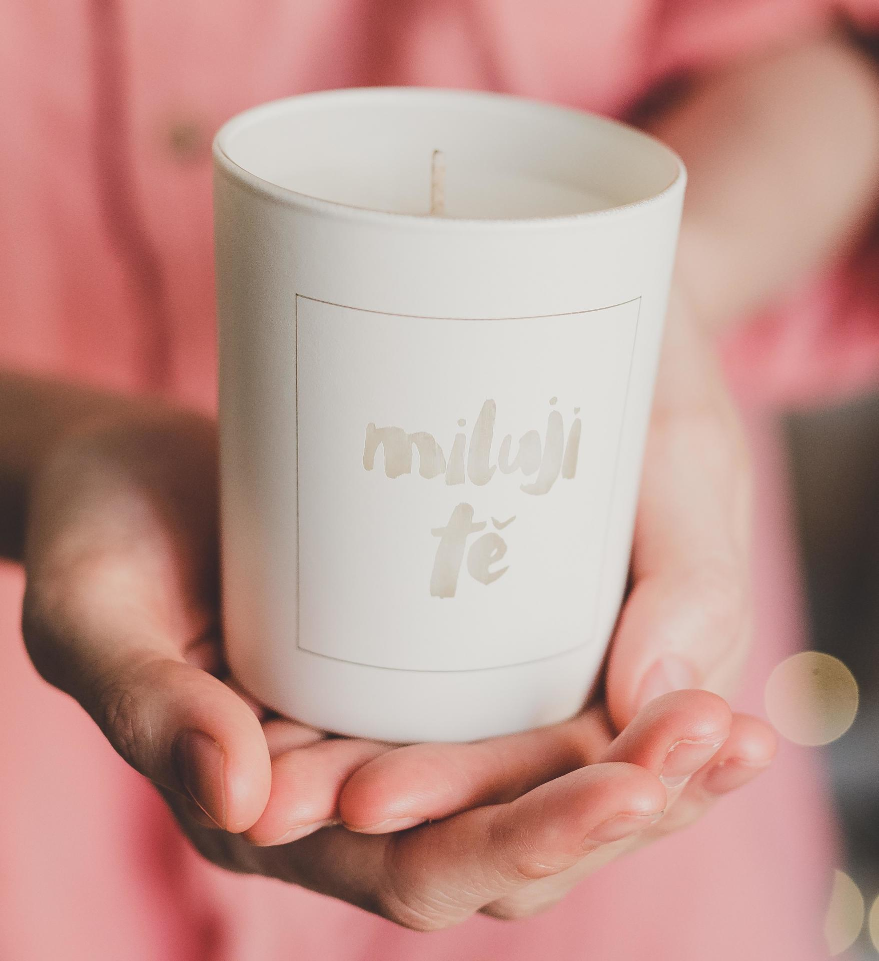 Love Inc. Bílá svíčka Miluji tě - fíky a bílé pižmo, bílá barva, sklo, dřevo, vosk