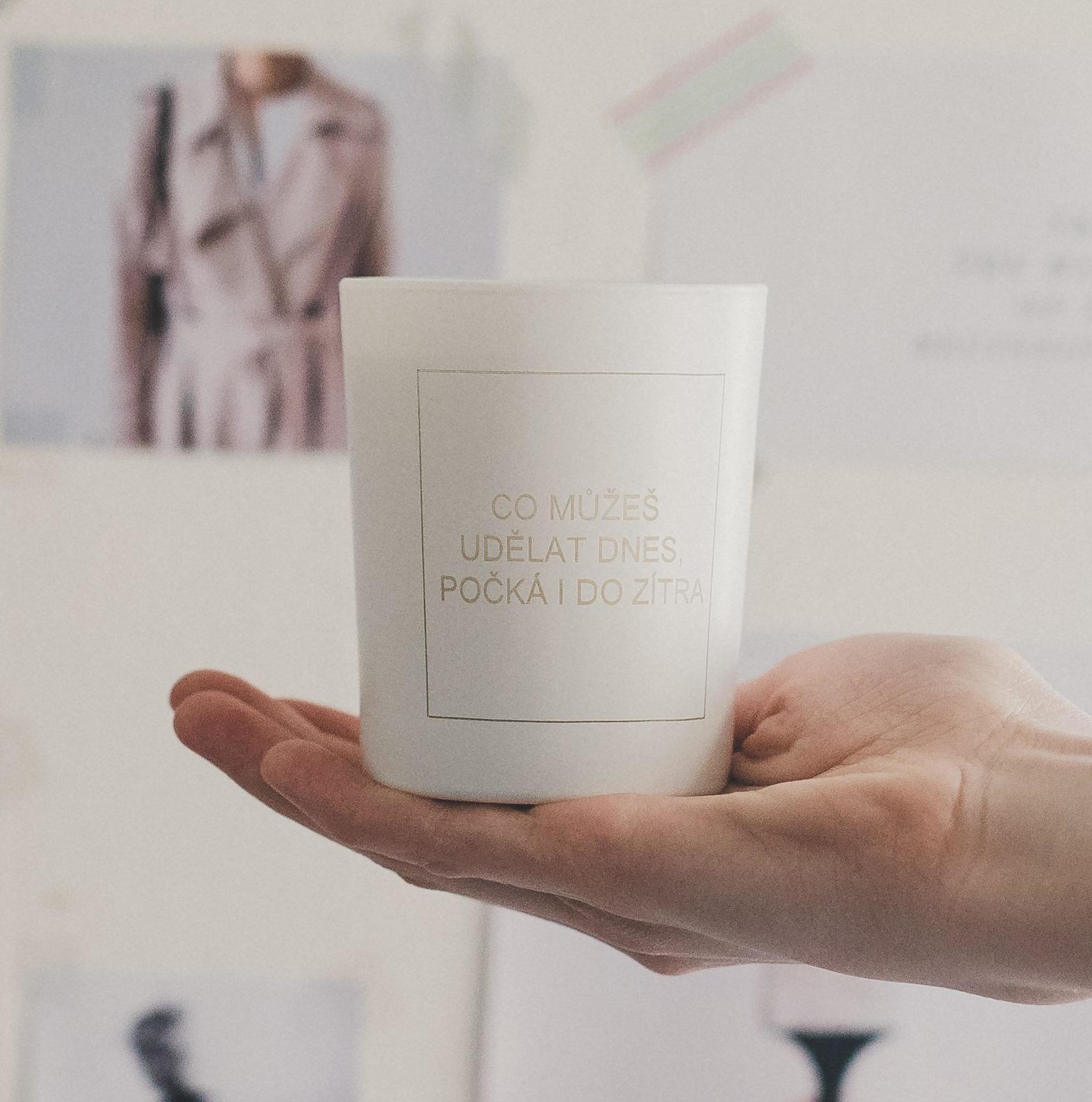 Love Inc. Bílá svíčka Co můžeš udělat dnes, počká i do zítřka - fíky a růže, bílá barva, sklo, dřevo, vosk