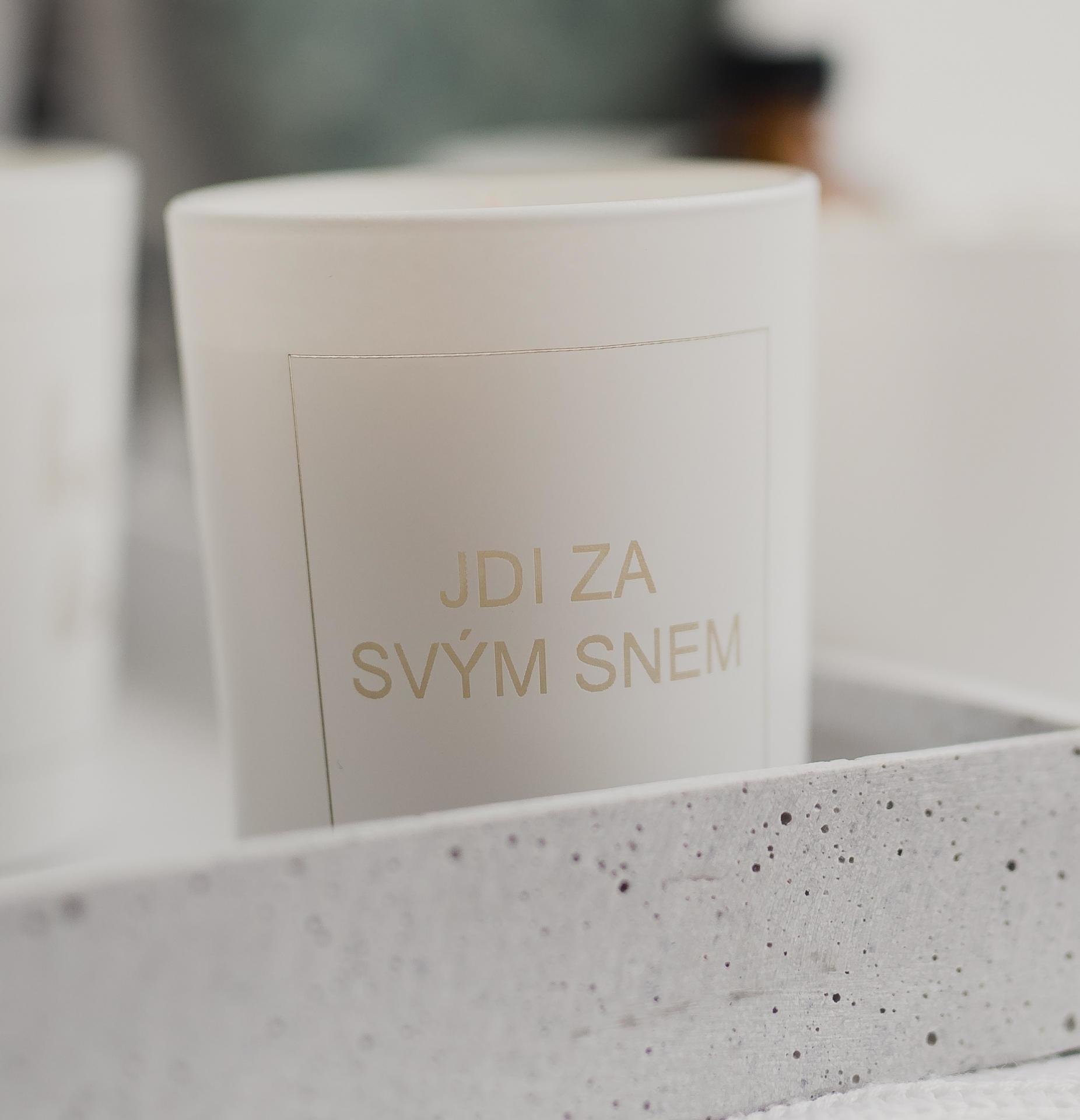 Love Inc. Bílá svíčka Jdi za svým snem - bazalka a limetka, bílá barva, sklo, dřevo, vosk