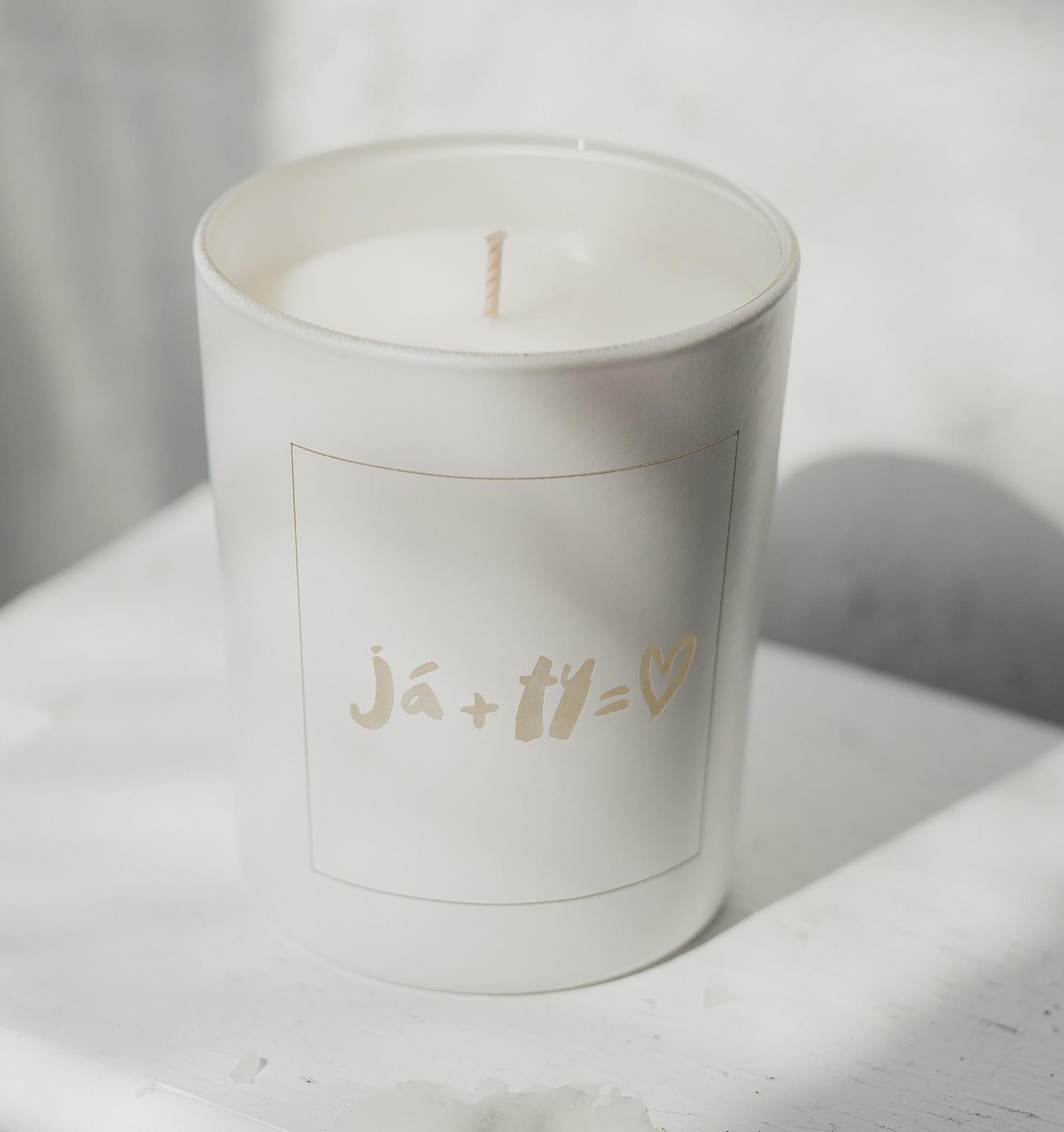 Love Inc. Bílá svíčka Já + Ty = ♥ - fíky a růže, bílá barva, sklo, dřevo, vosk