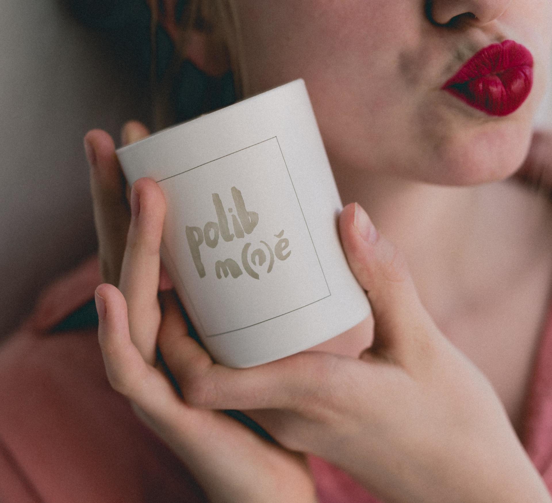 Love Inc. Bílá svíčka Polib m(n)ě - fíky a bílé pižmo, bílá barva, sklo, dřevo, vosk