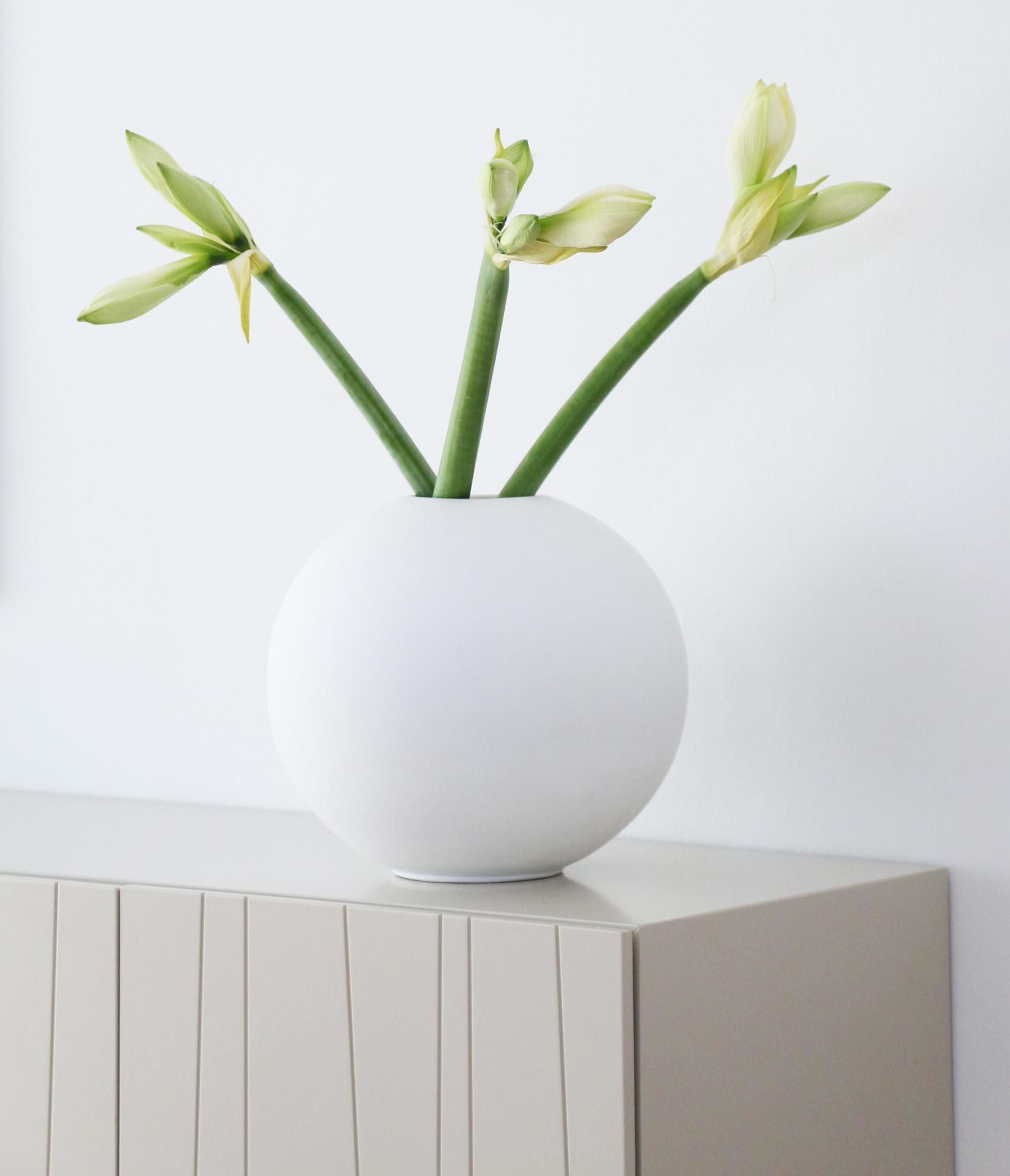 COOEE Design Kulatá váza Ball White 30 cm, bílá barva, keramika