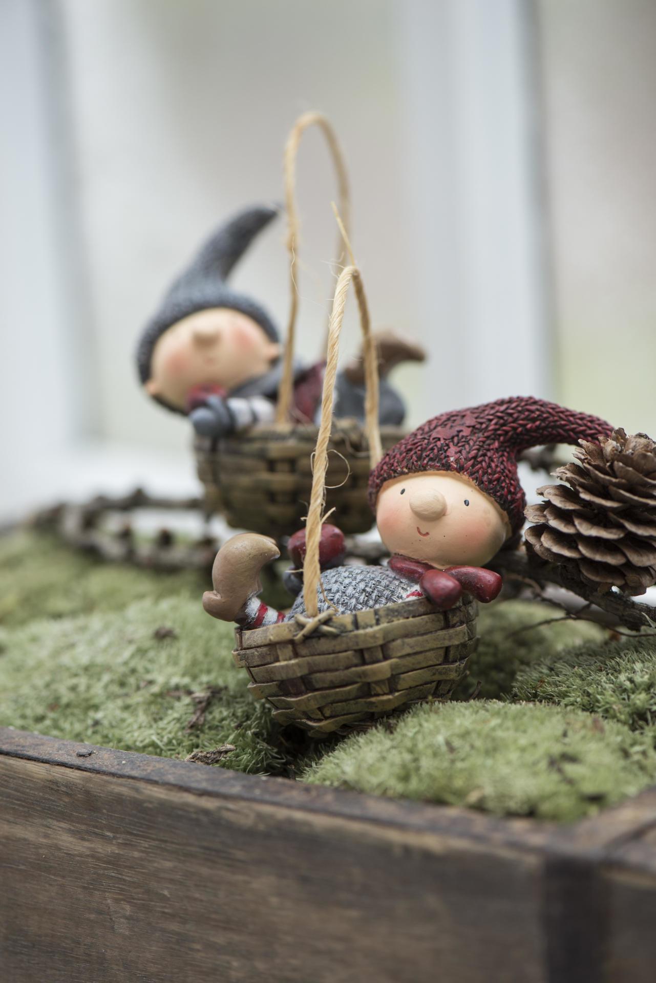 IB LAURSEN Vánoční figurka v košíku Santa's helper Šedá čepička, červená barva, šedá barva, hnědá barva, pryskyřice