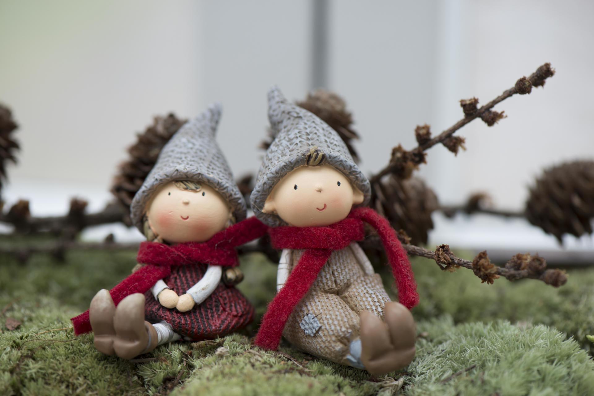 IB LAURSEN Vánoční figurka Santa's helper Kluk, červená barva, šedá barva, hnědá barva, pryskyřice