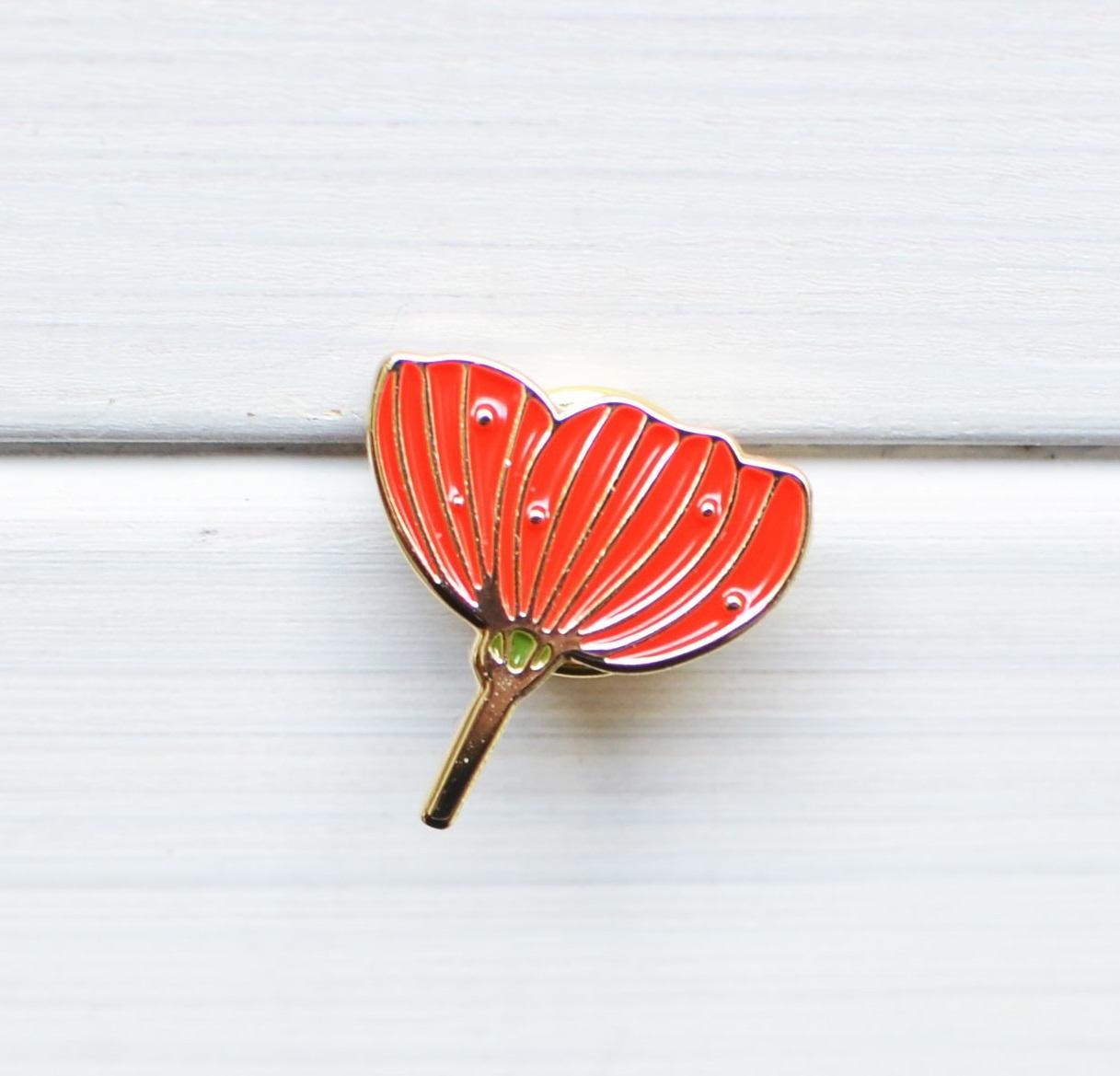 MANKAI Paper Kovový odznáček Vlčí mák, červená barva, zlatá barva, kov
