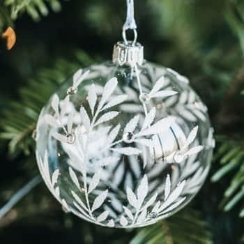 Skleněná vánoční baňka Leaves Clear - 8 cm