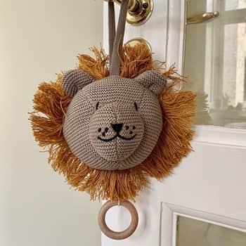 Závěsná pletená hračka Music Lion Stone Beige
