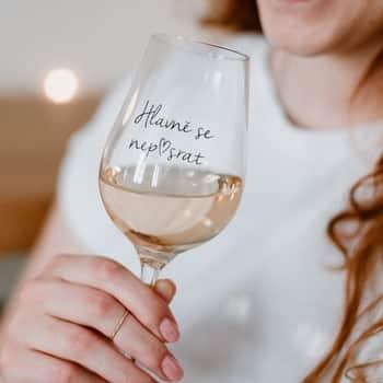 Sklenice na víno Hlavně se nep♥srat CZ